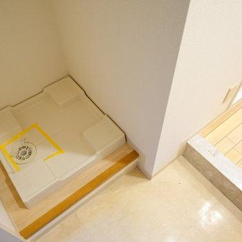 その前に洗濯機置き場あります。※写真は3階の反転似た間取り別部屋のものです