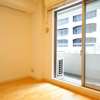 窓は大きくて明るいです♪※写真は3階の反転似た間取り別部屋のものです
