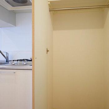 キッチン横に収納があります!※写真は3階の反転似た間取り別部屋のものです