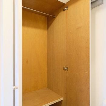 玄関の横の収納には靴だけでなく、コートも掛けられそうです。