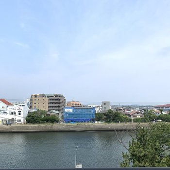 なんと眺望が海目前の川!潮風にのって海の香りがします。