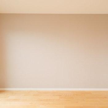 アクセントクロスはナチュラルブラウン。 7.5帖の広いお部屋を彩ります