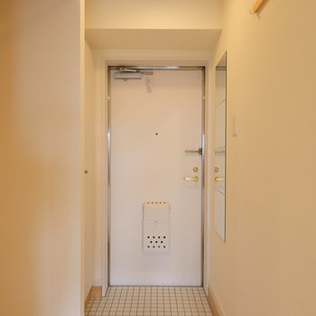 玄関は白いタイルに。どこか湘南らしく見えてきます。