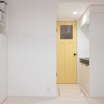 黄色いドアがとってもキュートな※写真は1階の同間取り別部屋のものです