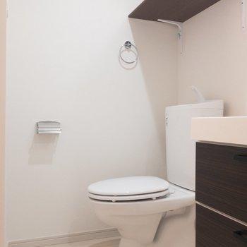 洗面台の横にトイレが。棚とタオルホルダーがうれしい※写真は1階の同間取り別部屋のものです