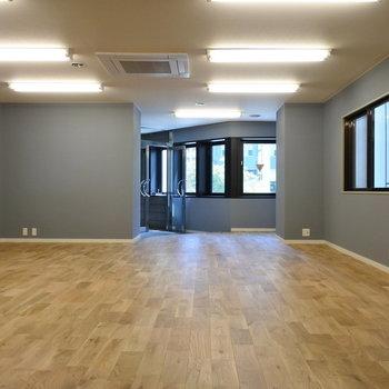 グレーの壁のクールさと温かみある無垢床のバランスが素敵