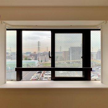 出窓!サボテンなどの植物を置きたくなりますね。