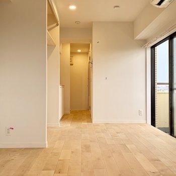 バーチの無垢の床材で更にパッと明るい心地よい雰囲気に仕上がりました。