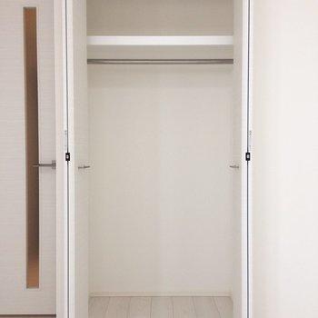 着丈の長い服もかけられそうです。※写真は3階の同間取り別部屋のものです