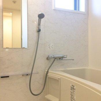 浴室乾燥機&小窓。除湿は心配なさそうです。※写真は3階の同間取り別部屋のものです