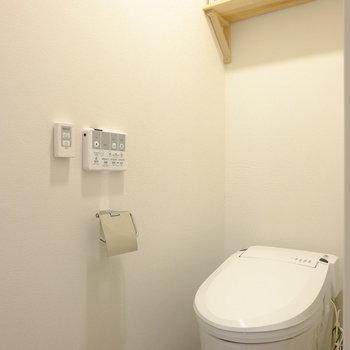 ウォシュレットと棚が嬉しいトイレ