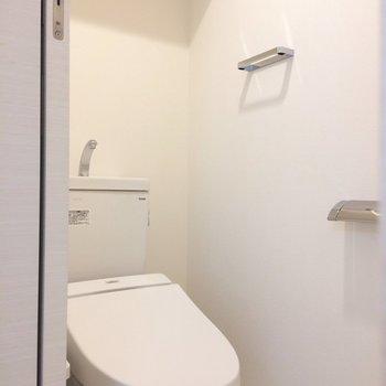 備品は上のスペースに。※写真は3階の同間取り別部屋のものです