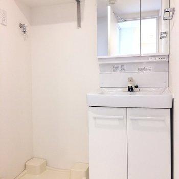 洗濯機の上部に洗剤とか置いておけそうですね。※写真は3階の同間取り別部屋のものです