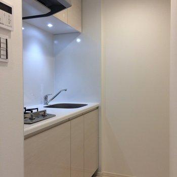 少し見えにくいですが、後ろに冷蔵庫スペース。※写真は3階の同間取り別部屋のものです