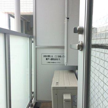 バルコニーはコンパクト。洗濯物はお風呂場か居室に干すのが良さそう。※写真は3階の同間取り別部屋のものです