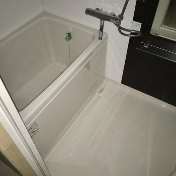 お風呂はサーモ水栓で使いやすく♩大きな鏡もついていますよ(※フラッシュ撮影しています)