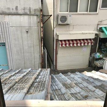 窓の下は商店街の入り口!