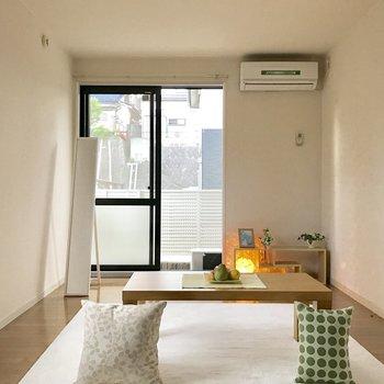 シンプルな形の洋室だから家具が置きやすい!(※写真は1階の反転間取り別部屋、モデルルームのものです)