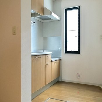 キッチンスペースにも窓があります。(※写真は1階の反転間取り別部屋、モデルルームのものです)