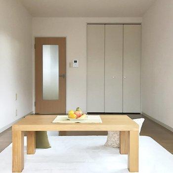 キッチンへ続く扉はすりガラスの範囲が広いからお部屋全体的に明るい!(※写真は1階の反転間取り別部屋、モデルルームのものです)