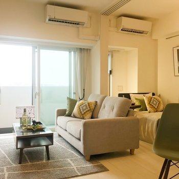彩りがいのあるお部屋。※写真は8階の反転間取り別部屋、家具はサンプルとなります