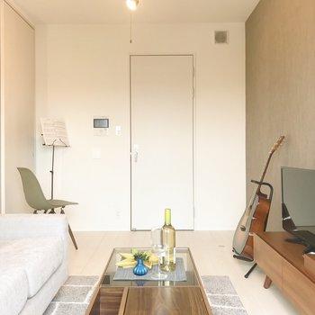 【LD】窓から。アクセントクロスも素敵です。※写真は8階の反転間取り別部屋、家具はサンプルとなります