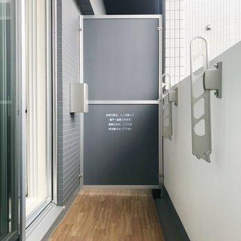 バルコニーもゆったりサイズ。※写真は8階の反転間取り別部屋、家具はサンプルとなります
