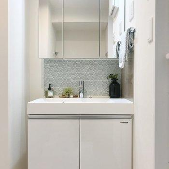 鏡が大きい洗面台。※写真は8階の反転間取り別部屋、家具はサンプルとなります