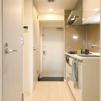 扉を開くと。清潔感溢れる空間。※写真は8階の反転間取り別部屋、家具はサンプルとなります