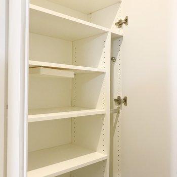 幅広めなので靴以外も入りそう。※写真は8階の反転間取り別部屋、家具はサンプルとなります