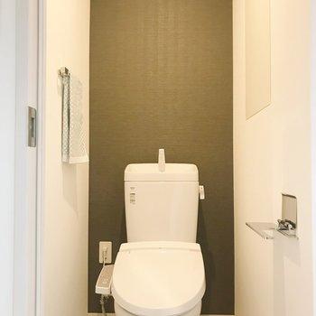 トイレはグレーのクロスで落ち着いた印象に。※写真は8階の反転間取り別部屋、家具はサンプルとなります