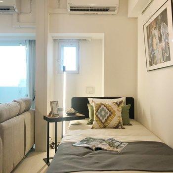 【bedroom】こちらは寝室に。※写真は8階の反転間取り別部屋、家具はサンプルとなります