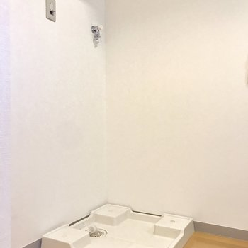 洗濯機はキッチンの後ろです。※写真は2階の反転間取り別部屋のものです