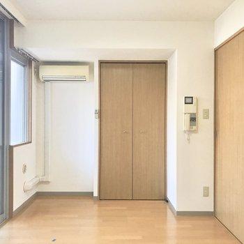 ラグマットは白が似合いそう!※写真は2階の反転間取り別部屋のものです