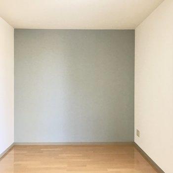 くすみブルーのアクセントクロス。※写真は2階の反転間取り別部屋のものです