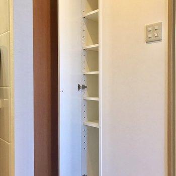 シューズボックス。長めの靴も置けそうです。※写真は2階の反転間取り別部屋のものです