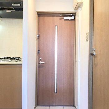 玄関スペース。オレンジライトがあったかい〜※写真は2階の反転間取り別部屋のものです