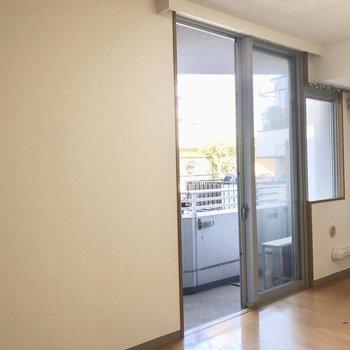 ここからバルコニーです。※写真は2階の反転間取り別部屋のものです