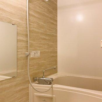 お風呂はナチュラルなデザイン。