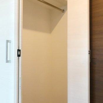 収納は扉のそばに。