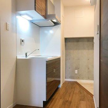 キッチンスペース。冷蔵庫、洗濯機置き場は手前に。