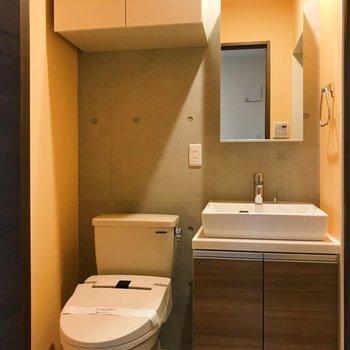 トイレと洗面台はお隣さん。