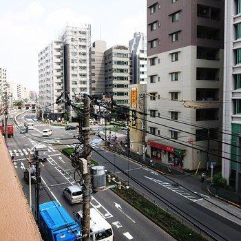ぐいっと左を向くと。車通りは多いです。