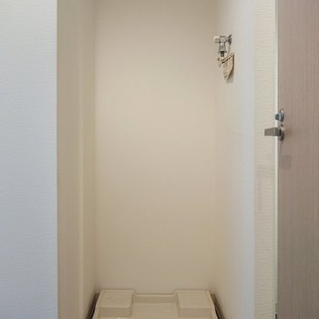 冷蔵庫の左に洗濯機置場。
