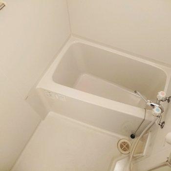 お風呂のお湯は蛇口で温度を調節するタイプです。
