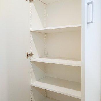 キッチン後ろの収納には、日用品やアクセサリー小物を置いても。
