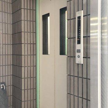 【工事中】エレベーターは一基です。