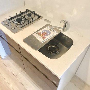 シンクに調理用の台がついていて便利!※写真は5階の同間取り別部屋のものです