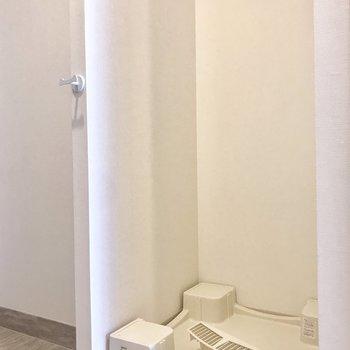 洗濯機置き場は玄関横にあります。※写真は5階の同間取り別部屋のものです
