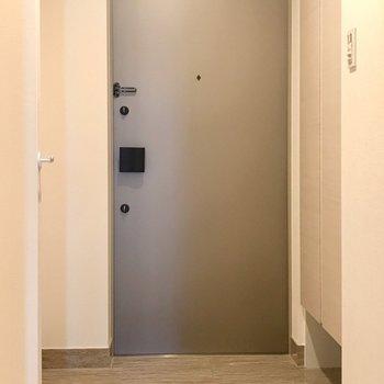玄関はゆったりと。※写真は5階の反転間取り別部屋のものです
